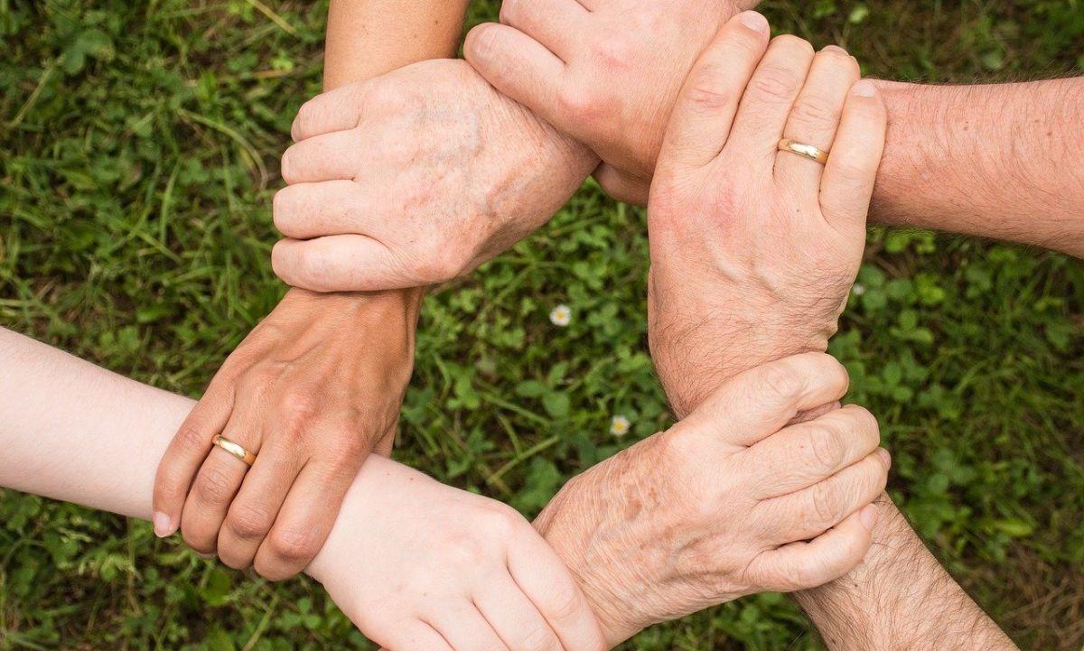 Ręce chwytające się za nadgarstki